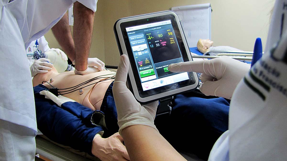 Os manequins utilizados em treinamentos no HMC são capazes de falar, resmungar, tossir e ainda reproduzir sons respiratórios, cardíacos e intestinais