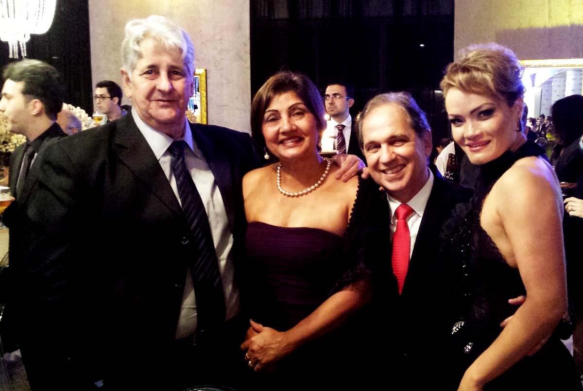 Em evento social no Clube Morro do Pilar, em Ipatinga, o dentista Daílton Caetano Nunes e Elza; e o médico Carlos Alberto Calazans e Fabiana Bicalho