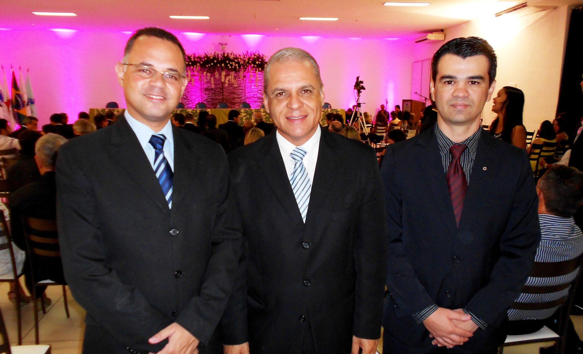 O vereador fabricianense Marcos da Luz, o cerimonialista Carlos Souto e o jornalista Wederson Marinho, que assume a presidência do Lions Cibernético Empresarial