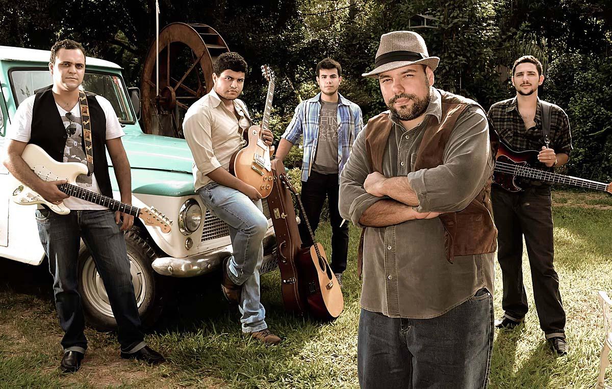 A banda Rural Willys faz releitura para rock 'n' roll de clássicos do blues, sábado, no Garajão, em Ipatinga (Foto: Thiago Bode)