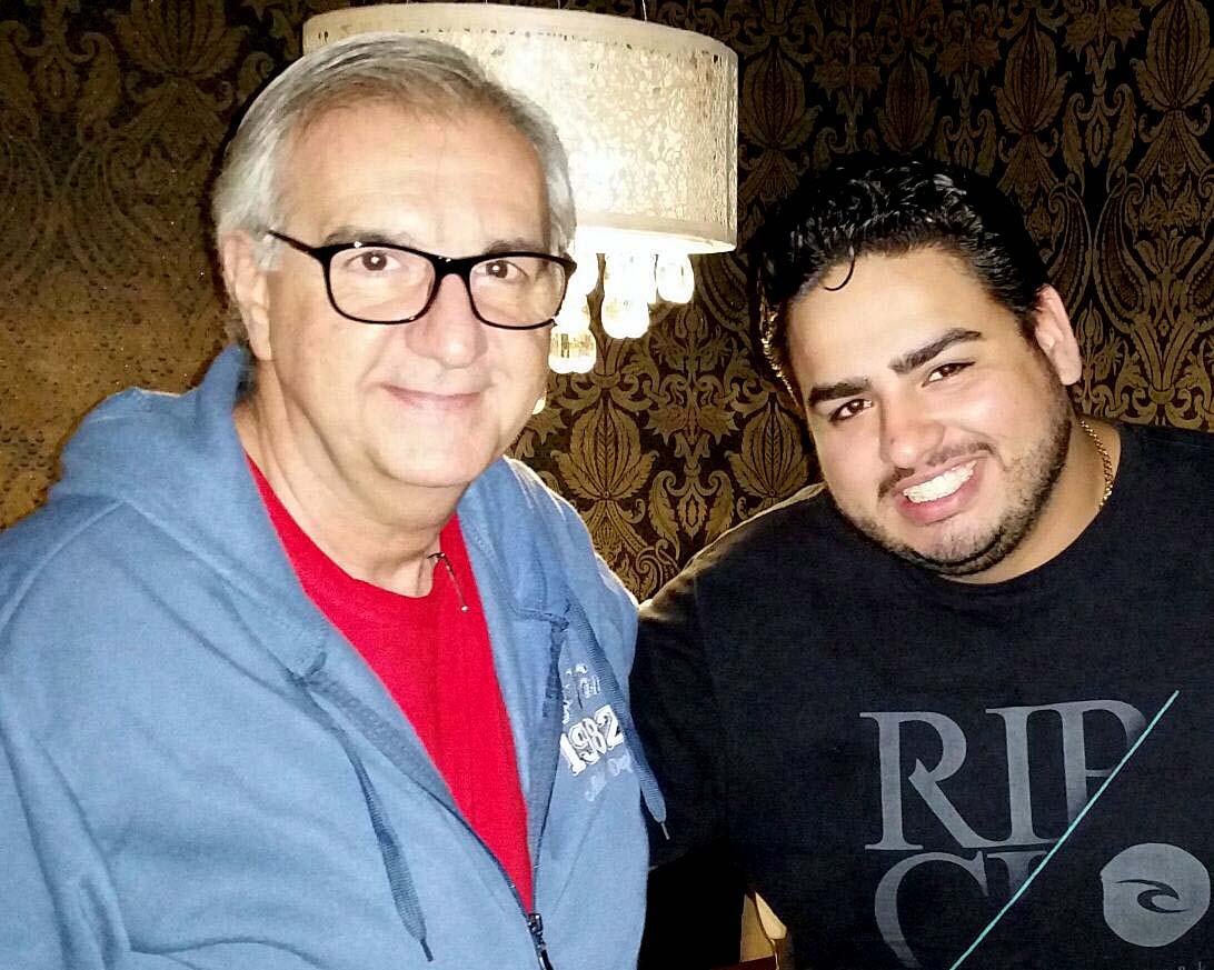 O jornalista William Saliba sendo recebido, ontem, pelo diretor Luan Viana Fernandes, do Hokan Sushi Gourmet (Foto: Érika Viegas)