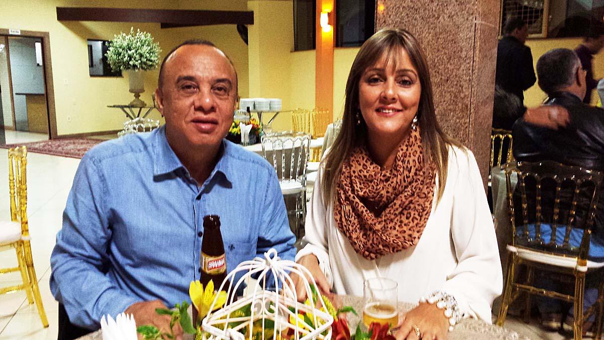 O diretor do Diário do Aço, Válter Oliveira; e a diretora da Giro Turismo, Edilene Lopes, em jantar no Iapu Country Club