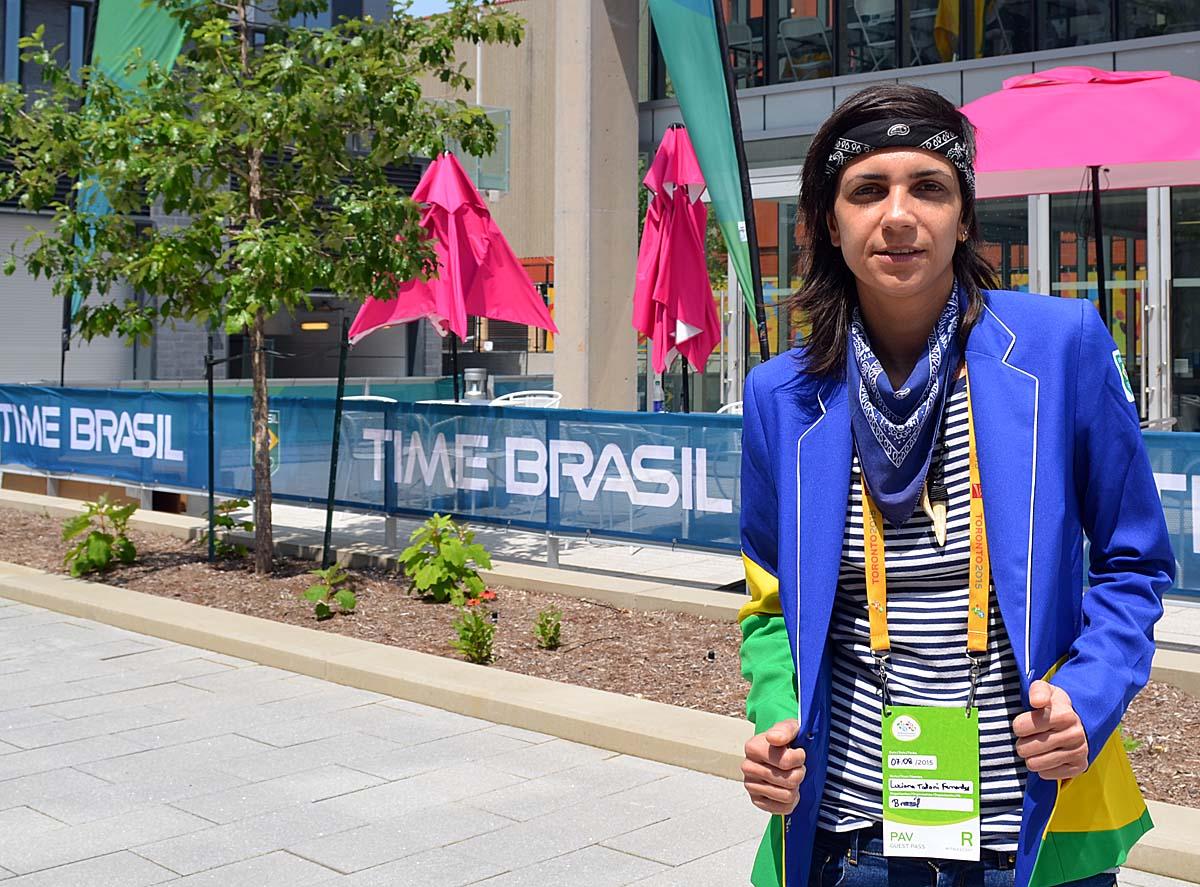 A estilista Pitty Taliani, com os uniformes prontos para a delegação, nos bastidores dos Jogos Panamericanos (Foto: Alexandre Castello Branco/COB)