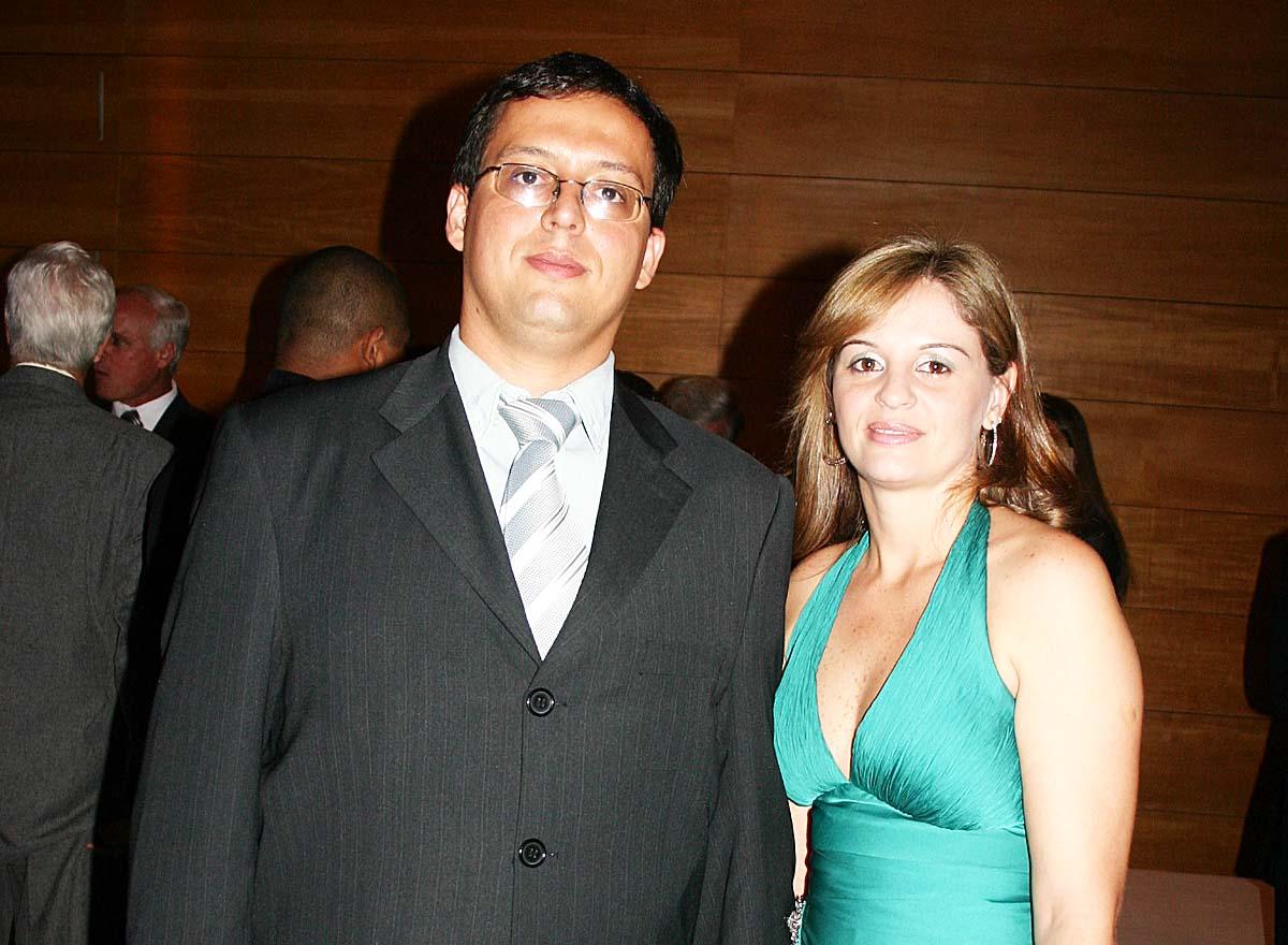 Em noite social, o jornalista Hugo Siqueira e Layse