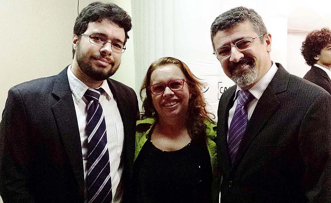 Presente à entrega do Troféu Mais Vip, o assistente de Comunicação da Cenibra, José Roberto Gonçalves, acompanhado da esposa Maria da Penha e do filho Alain José