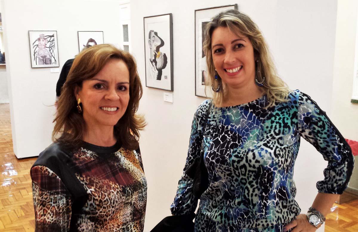 Visitando a exposição do cartunista Jorge Inácio na Fundação Aperam Acesita, em Timóteo, as simpáticas Soraya Torre, assessora de Comunicação da Aperam, e Jamile Duarte, secretária da diretoria da empresa