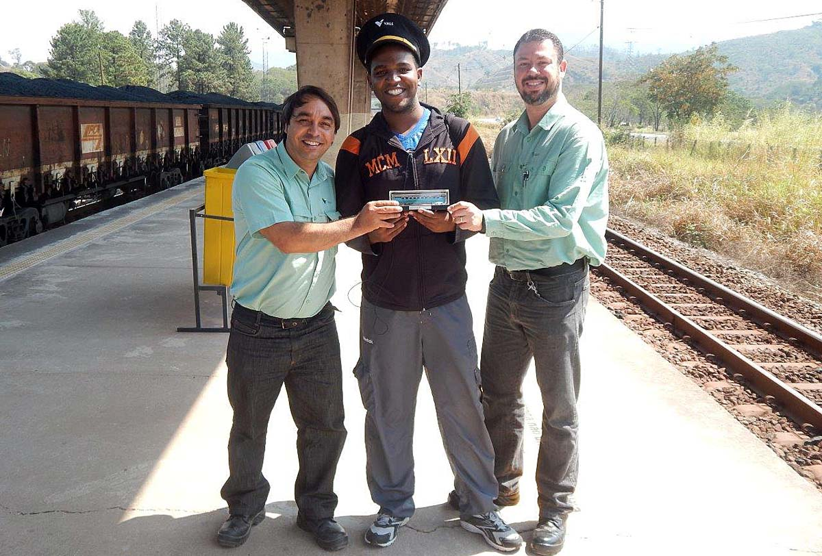 Douglas Yuri é recebido por representantes da Vale na Estação Mário Carvalho, em Timóteo