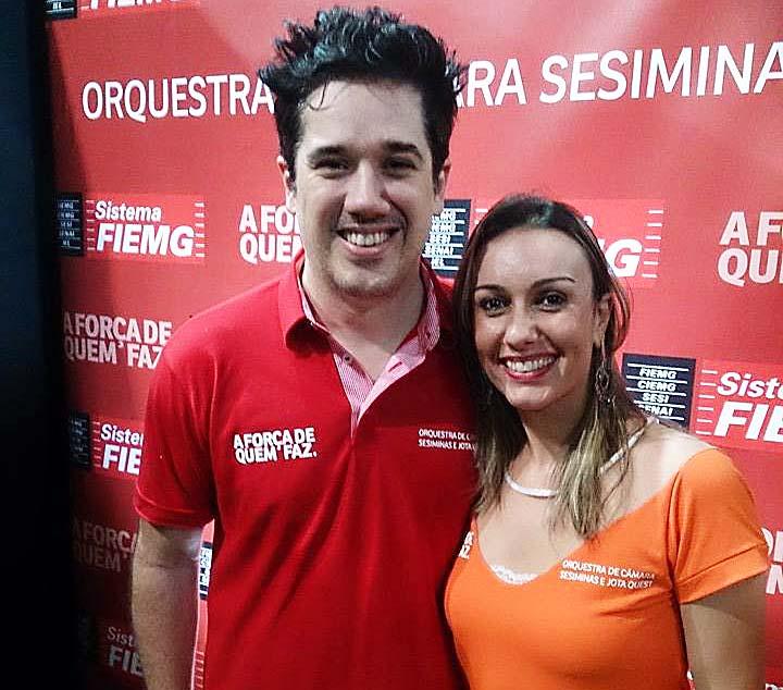 Em noite de rock sinfônico na Usipa, em Ipatinga, Rogério Flausino, da banda Jota Quest; e a assessora de imprensa da Fiemg-Vale do Aço, Aline Mendonça