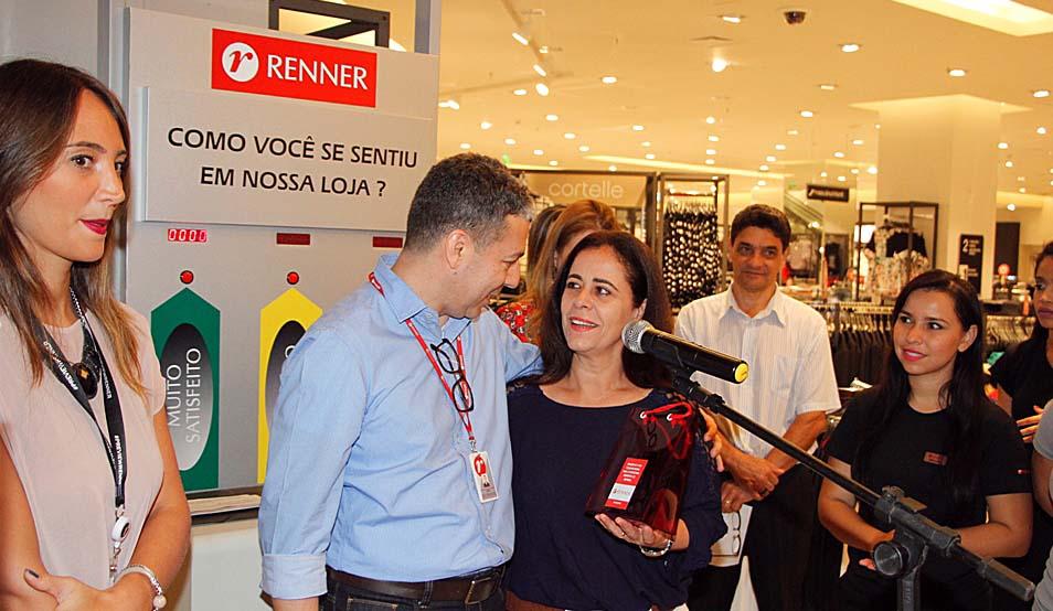 A secretária de Assistência Social de Ipatinga, Edilene Costa, recebeu hoje, simbolicamente, a doação da Renner que será repassada a entidades assistenciais.