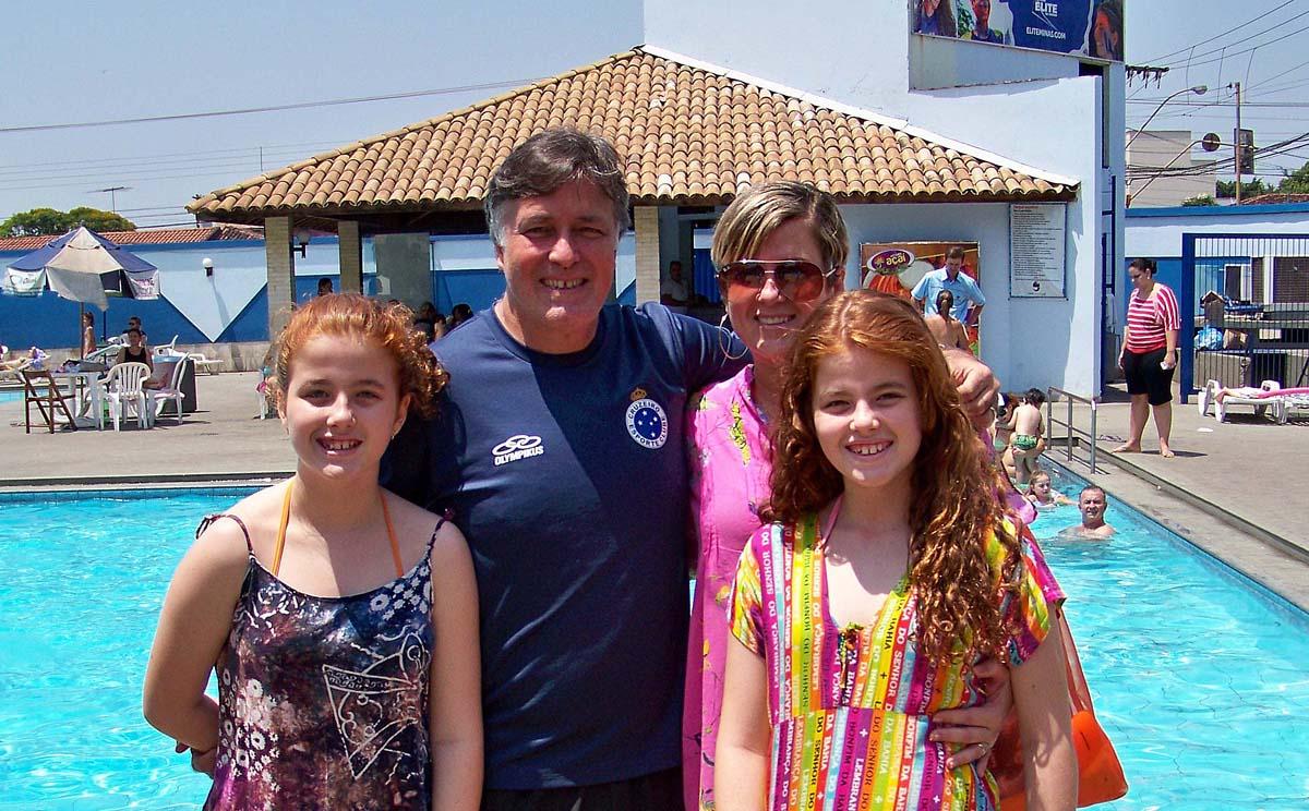 Curtindo o domingo de sol e a Festa das Crianças do Cariru Tênis Clube, o diretor da CDL, Eduardo Souza Penna e a gerente geral da Aciapi, Daniela Sírio, em companhia das lindas filhas Larissa e Letícia